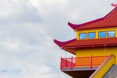Rött och gult tak royaltyfri foto