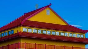 Rött och gult tak fotografering för bildbyråer