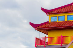 Rött och gult tak arkivfoto