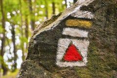 Rött och gult turist- tecken på den stora stenen på väg till den Bucina sikten på början av hösten i västra Bohemia Arkivfoton
