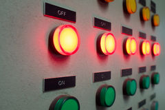 Rött och klartecken som ledas på den elektriska kontrollbordet som visar 'På/av' status Arkivbild