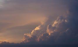 Rött och orange solnedgångaftonmoln arkivfoto