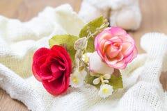 Rött och rosa tyg steg på vitt tyg Royaltyfri Foto