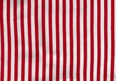 Rött och vit gör randig tappningbakgrund royaltyfri bild