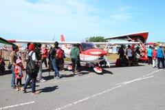 Rött och vitt Cesna flygplan på Airshow arkivbilder