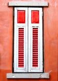 Rött och vitt fönster för tappning Fotografering för Bildbyråer