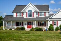 Rött och vitt hus för två berättelse royaltyfria foton