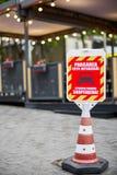 Rött och vitt inget parkeringstecken, i ryskt och rumänskt royaltyfri foto