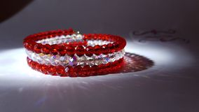 Rött och vitt juvelarmband Arkivbild