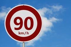 Rött och vitt 90 km hastighetsbegränsningtecken arkivfoto