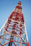 Rött och vitt kommunikationstorn Royaltyfri Bild