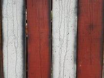 Rött och vitt staket med svarta strimmor Royaltyfri Fotografi