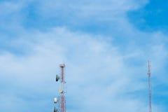 Rött och vitt telekommunikationtorn Arkivfoton