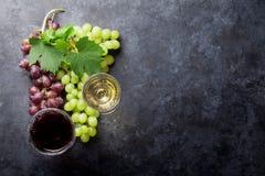Rött och vitt vin och druva royaltyfria bilder