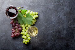 Rött och vitt vin och druva royaltyfri foto