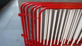 Rött och Whit Traffic Barrier arkivfoton