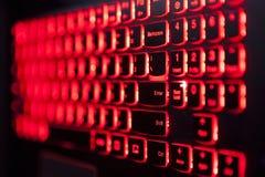 Rött panelljus för dobbelbärbar datortangentbord med selektiv fockus arkivfoton