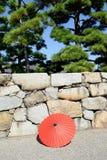 Rött paraply för japansk traditiona Arkivfoto
