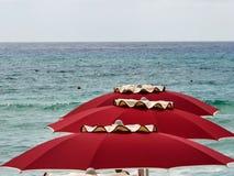 Rött paraply för Sardinia hav Arkivfoto