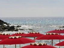 Rött paraply för Sardinia hav Royaltyfria Foton
