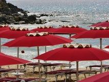 Rött paraply för Sardinia hav Royaltyfri Bild