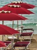 Rött paraply för Sardinia hav Fotografering för Bildbyråer