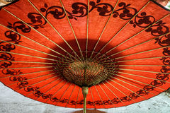 Rött paraply i Myanmar Royaltyfria Bilder