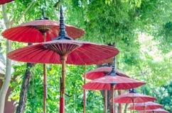 Rött paraply i thai tempel Royaltyfri Fotografi