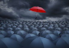 Rött paraply som är utstående från andra royaltyfri fotografi