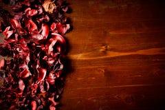 Rött parfymerat potpurri på den mörka trätabellen Royaltyfria Bilder