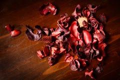 Rött parfymerat potpurri på den mörka trätabellen royaltyfri foto