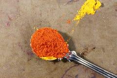 Rött Parika pulver i en sked arkivfoto