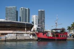 Rött piratkopiera skeppet i Miami Royaltyfri Bild