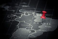Rött pushstift på den Brasilien översikten Arkivfoto