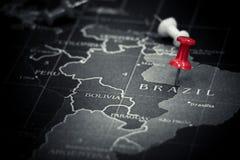 Rött pushstift på den Brasilien översikten Royaltyfri Fotografi