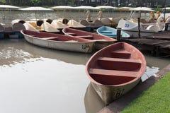Rött radfartyg i en trädgård arkivfoto