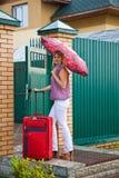 rött resväskakvinnabarn Royaltyfria Bilder
