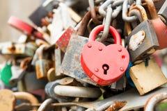 Rött romanskt lås för förälskelse Arkivbilder