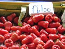 Rött rosa äpple med en prislapp i marknadsföra Royaltyfri Foto