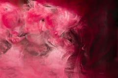 Rött rosa färgpulver i vatten Solskenbelysning Dynamisk rörelse av PA Arkivfoto