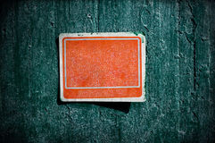 Rött rostigt grungy gammalt tecken på en cementvägg Royaltyfria Foton