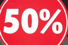 Rött Sale tecken femtio procent Arkivbild