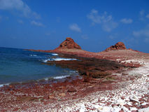 Rött segla utmed kusten Royaltyfri Bild