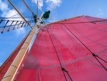 Rött seglar och riggning Arkivbild