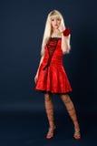 rött sexigt för härlig blond klänningflicka Arkivfoto
