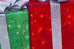 Rött, silver och gräsplanjulklapp Arkivbild