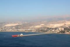 Rött skepp för last på den Chekka hamnen i Libanon Royaltyfri Fotografi