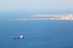 Rött skepp för last på den Chekka hamnen i Libanon Royaltyfria Foton