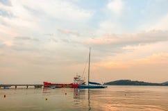 Rött skepp och blåttfartyg Arkivfoto
