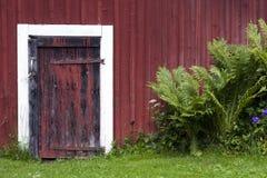 rött skjul för dörr Arkivbilder